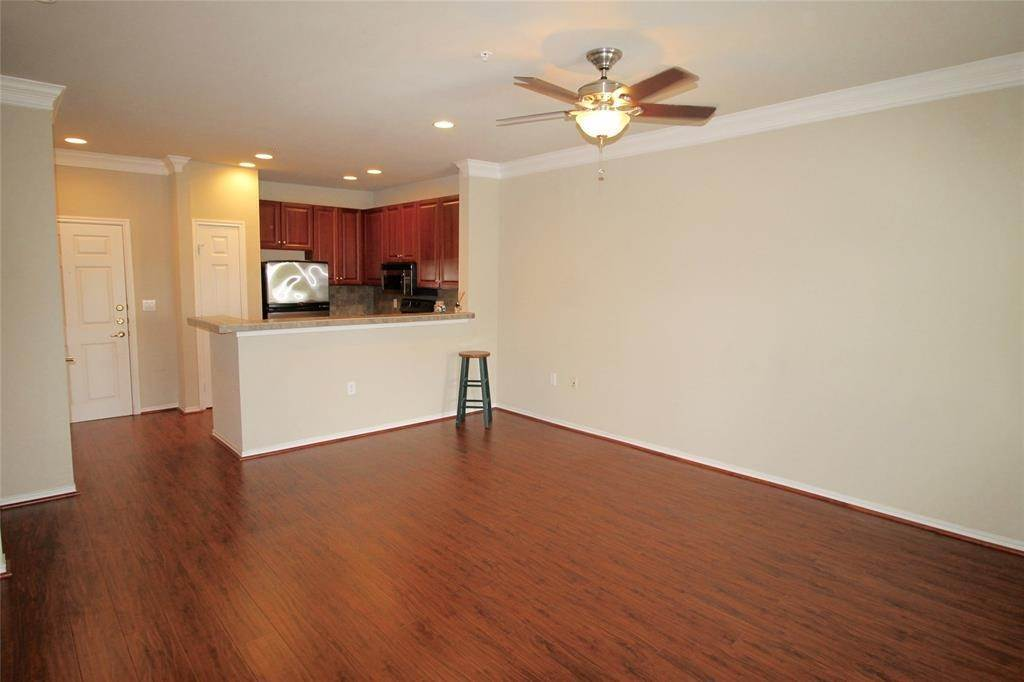 9. High or Mid-Rise Condo for Rent at 2400 Mccue Road #442 2400 Mccue Road Houston, Texas 77056 United States