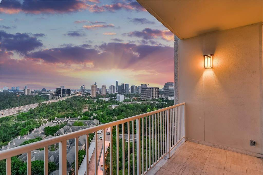 High or Mid-Rise Condo for Sale at 121 N Post Oak Lane #1403 121 N Post Oak Lane Houston, Texas 77024 United States