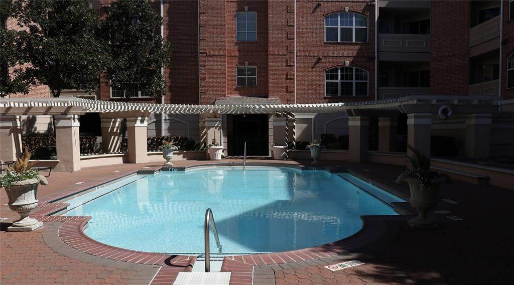 31. High or Mid-Rise Condo for Rent at 2111 Welch Street #B318 2111 Welch Street Houston, Texas 77019 United States