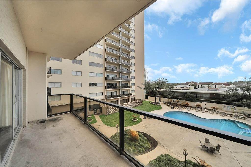 24. High or Mid-Rise Condo for Rent at 2929 Buffalo Speedway #A311 2929 Buffalo Speedway Houston, Texas 77098 United States