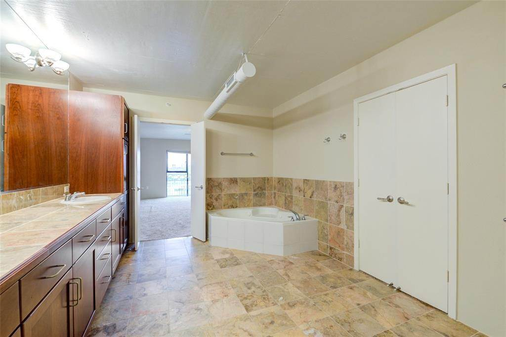 37. High or Mid-Rise Condo for Rent at 3030 Post Oak Boulevard #408 3030 Post Oak Boulevard Houston, Texas 77056 United States