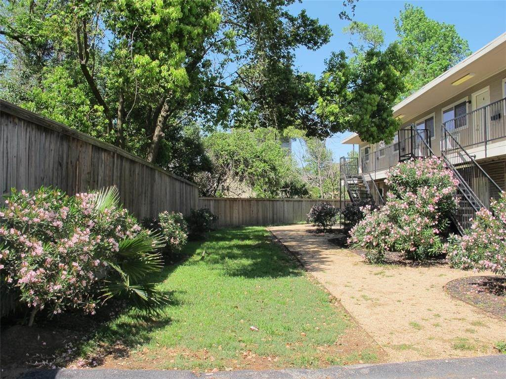 12. Single Family Homes for Rent at 1225 W 25th St Street #9 1225 W 25th St Street Houston, Texas 77009 United States