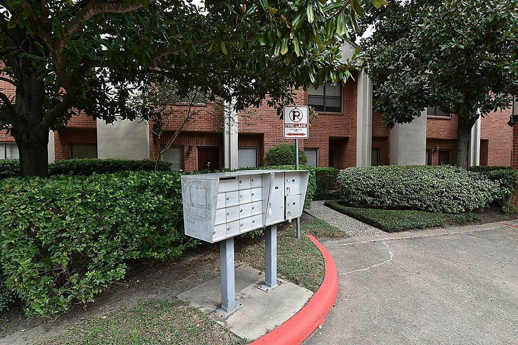 26. Condo / Townhouse for Rent at 2634 Bering Houston, Texas 77057 United States