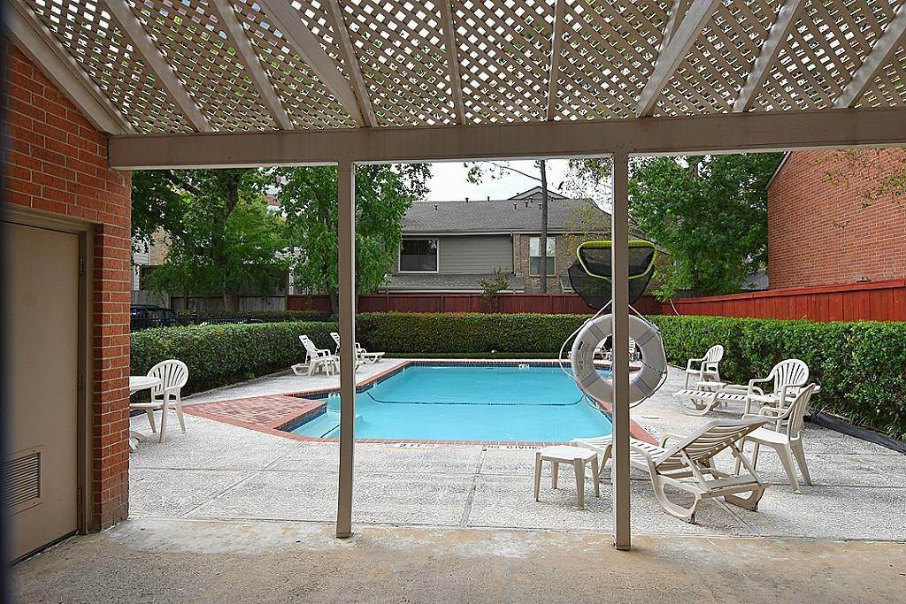 28. Condo / Townhouse for Rent at 2634 Bering Houston, Texas 77057 United States