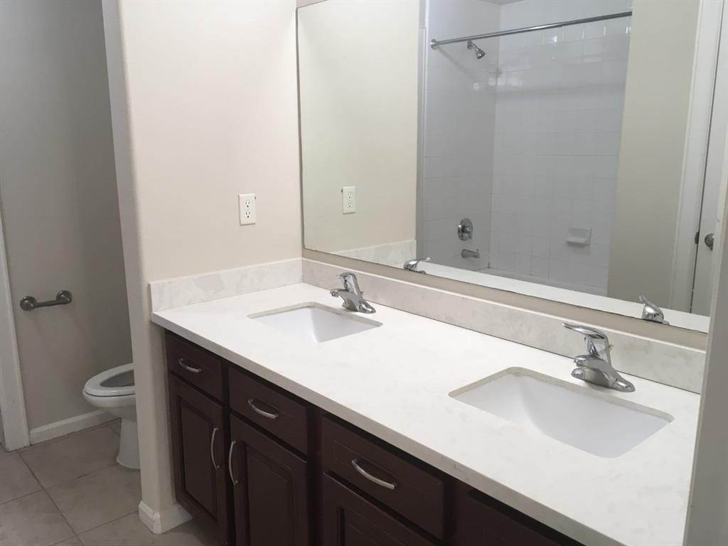 10. Condo / Townhouse for Rent at 6633 W Sam Houston Parkway #1b 6633 W Sam Houston Parkway Houston, Texas 77072 United States