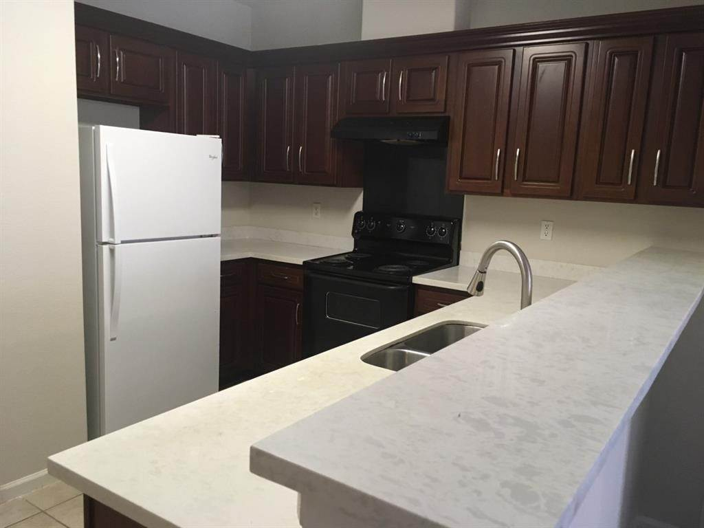 5. Condo / Townhouse for Rent at 6633 W Sam Houston Parkway #1b 6633 W Sam Houston Parkway Houston, Texas 77072 United States