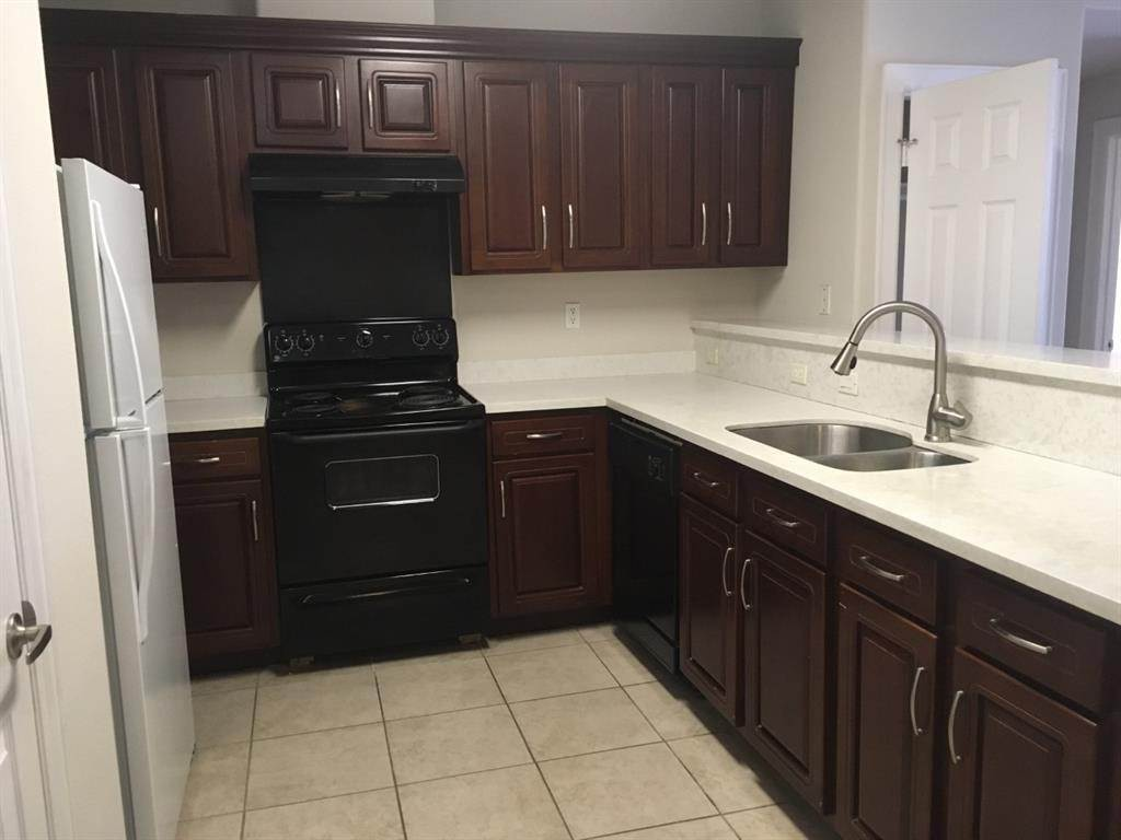 7. Condo / Townhouse for Rent at 6633 W Sam Houston Parkway #1b 6633 W Sam Houston Parkway Houston, Texas 77072 United States