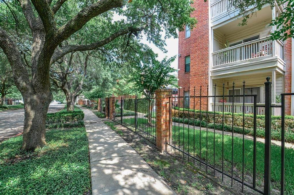 27. Condo / Townhouse for Rent at 4041 Law Street #408 4041 Law Street Houston, Texas 77005 United States