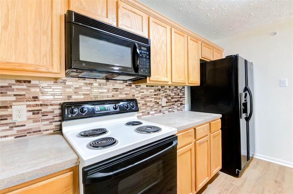 13. Condo / Townhouse for Rent at 8051 Bay Branch Drive #222 8051 Bay Branch Drive The Woodlands, Texas 77382 United States