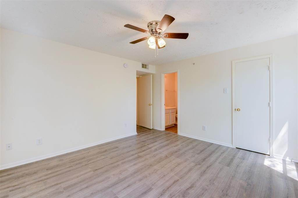 20. Condo / Townhouse for Rent at 8051 Bay Branch Drive #222 8051 Bay Branch Drive The Woodlands, Texas 77382 United States