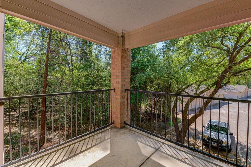 25. Condo / Townhouse for Rent at 8051 Bay Branch Drive #222 8051 Bay Branch Drive The Woodlands, Texas 77382 United States