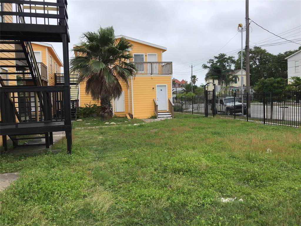 14. Single Family Homes for Rent at 2711 Avenue K #14 2711 Avenue K Galveston, Texas 77550 United States