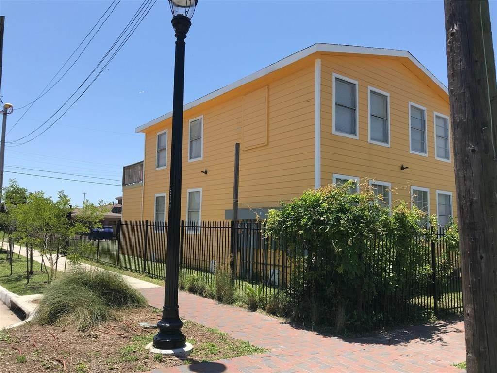 9. Single Family Homes for Rent at 2711 Avenue K #14 2711 Avenue K Galveston, Texas 77550 United States