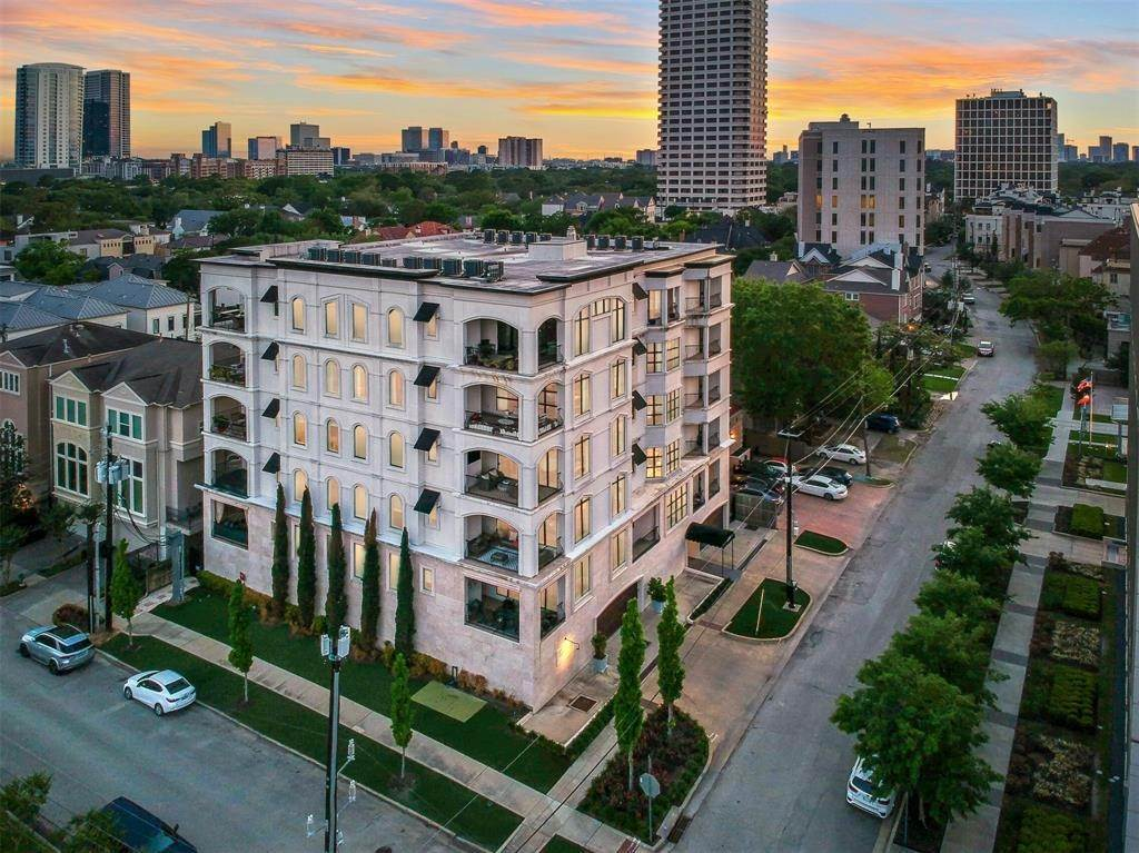 25. High or Mid-Rise Condo for Sale at 2221 Welch Street #401 2221 Welch Street Houston, Texas 77019 United States