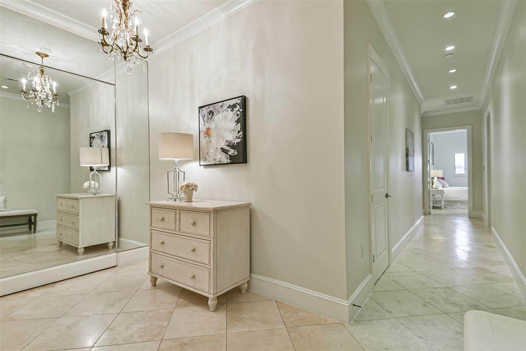 3. High or Mid-Rise Condo for Sale at 2221 Welch Street #401 2221 Welch Street Houston, Texas 77019 United States