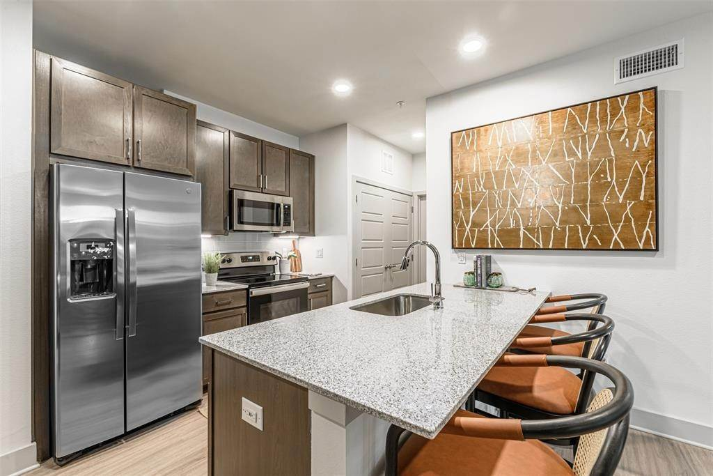 6. High or Mid-Rise Condo for Rent at 698 Basilica Bay Drive #2103 698 Basilica Bay Drive Houston, Texas 77386 United States