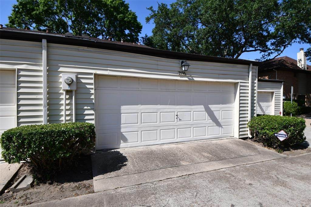29. Condo / Townhouse for Rent at 2596 Bering Drive Houston, Texas 77057 United States