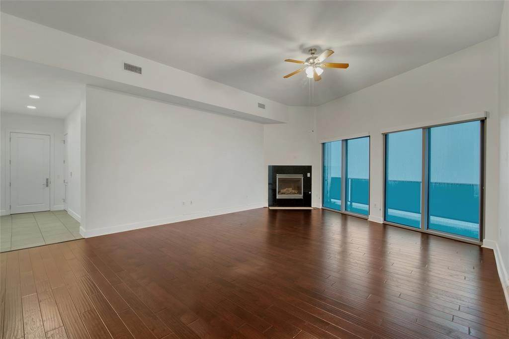 7. High or Mid-Rise Condo for Rent at 4821 E Nasa Parkway #10w 4821 E Nasa Parkway Seabrook, Texas 77586 United States