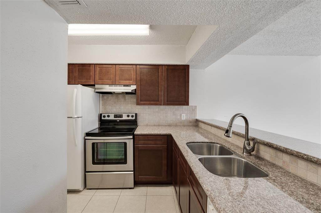3. Condo / Townhouse for Rent at 2800 Jeanetta St #908 2800 Jeanetta St Houston, Texas 77063 United States