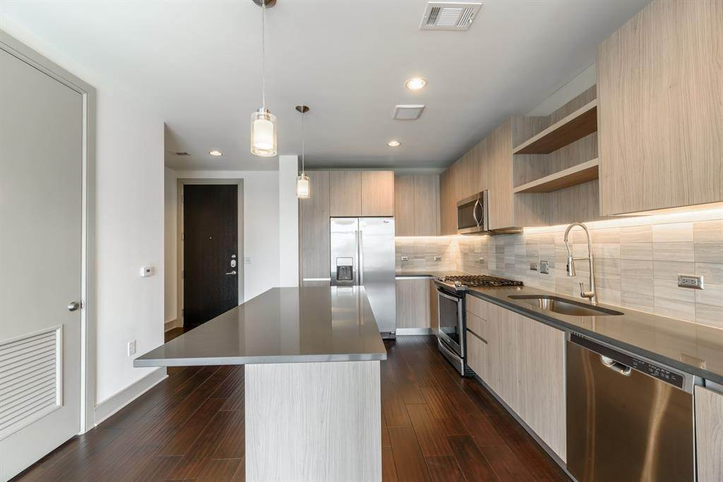 7. High or Mid-Rise Condo for Rent at 409 Travis Street #1205 409 Travis Street Houston, Texas 77002 United States